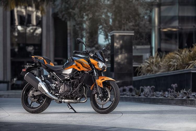 Nous offrons 1 vélo de rue Kawasaki Z400 à l'un des salons de la moto en 2020!